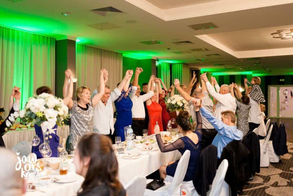 taniec przy stołach