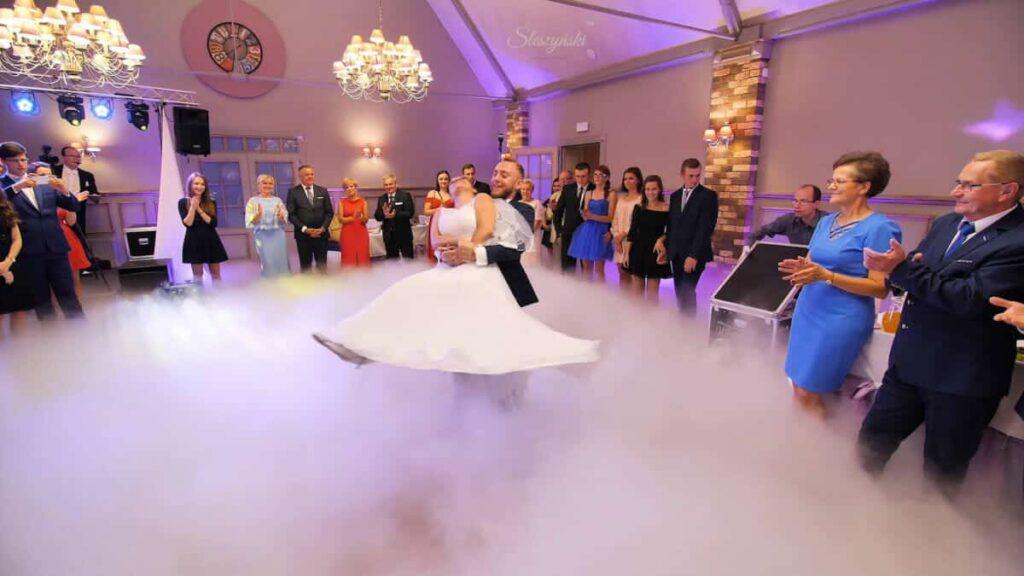 taniec w chmurach ciężki dym
